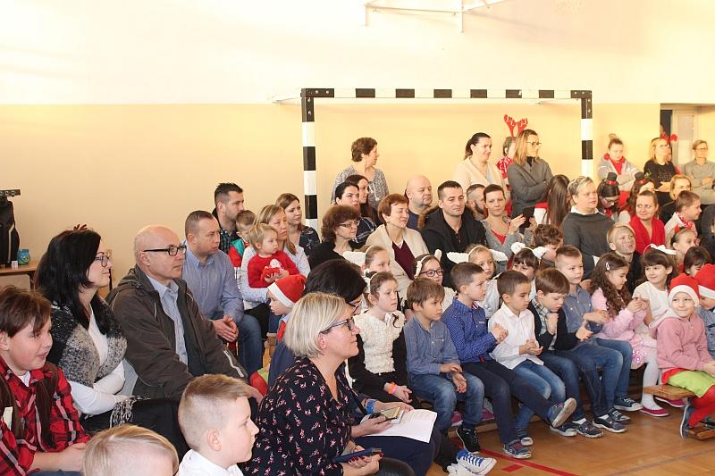 Zespół Szkół w Biesowicach Jasełka, Wigilia, kolędowanie